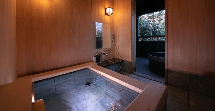 離れ14棟の客室すべてに専用の湯処