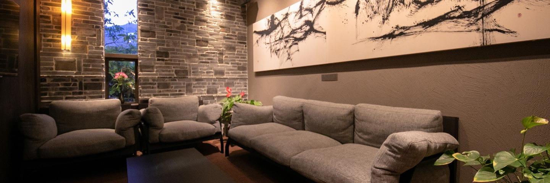 別荘のような佇まいの贅沢な離れの客室