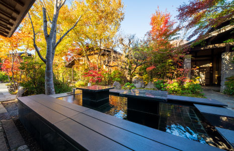 An ashiyu foot spa surrounded by woods, a relaxing and heart healing moment