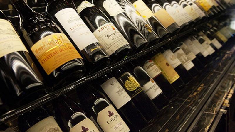 와인셀러에 진열된 엄선한 와인
