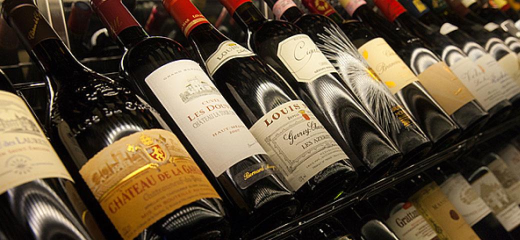 와인셀러에 진열한 엄선한 와인